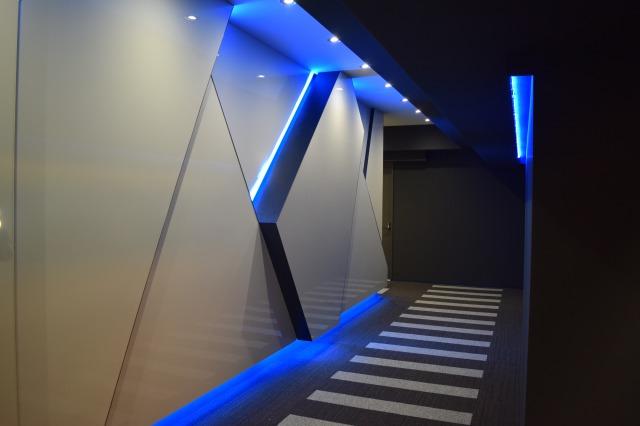 青い光に包み込まれるエントランス