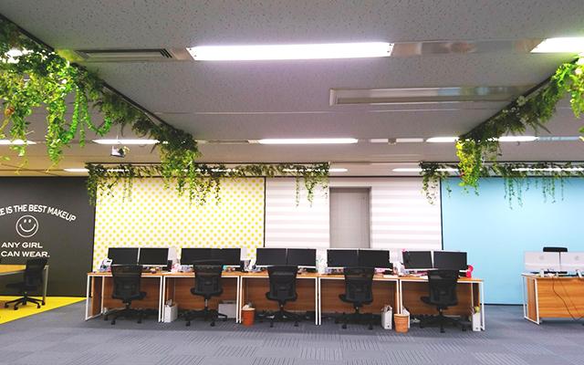 特徴的な壁面のオフィス空間