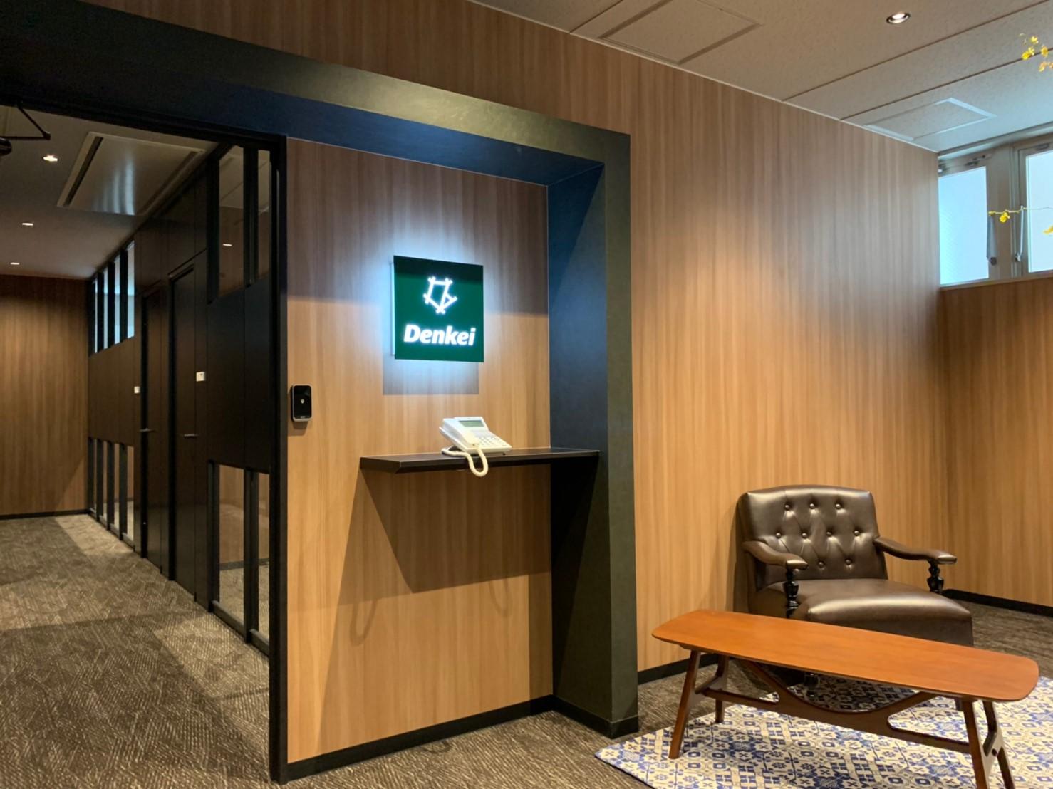 木目とブラックを基調とした、シックでスタイリッシュなオフィス空間